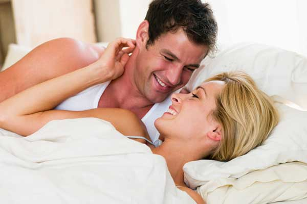 Man-Woman-affectionate-bed21